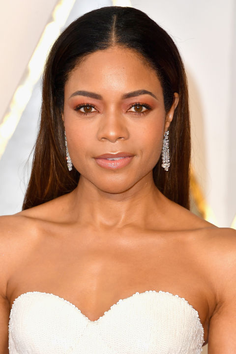 Harris wore one of the biggest trends in beauty to the 2017 Oscars: a soft wash of warm pink eyeshadow.